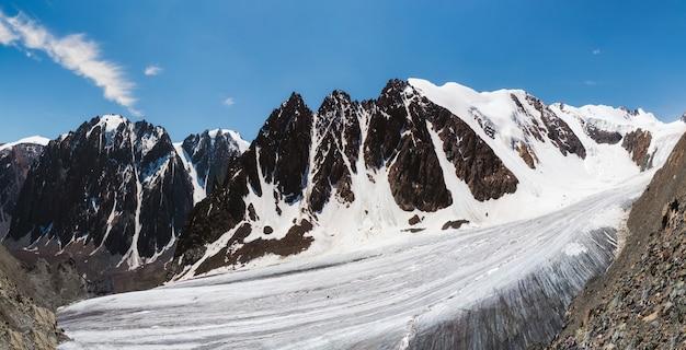雪と氷に覆われた山の高いビッグアクトル氷河の広いパノラマ。アルタイの冬の風景。