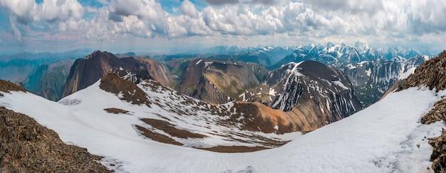 冬のアルタイ山脈の広いパノラマ。雪に覆われた高地の高原。