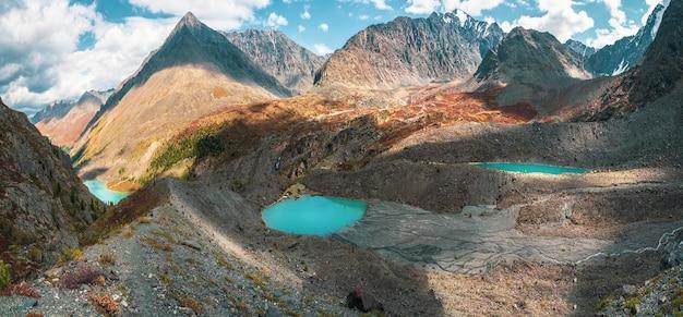 Широкий панорамный вид на труднодоступные чистые горные озера на фоне