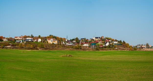 緑の野原にあるモダンなコテージ村の広いパノラマビュー。ロシア。