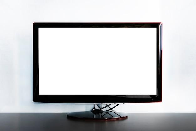 나무 화장실에 와이드 스크린 tv입니다. 대형 검은색 tv는 정보를 위한 빈 공간이 있는 밝은 파란색 배경의 나무 테이블에 있습니다. 디자인을 위한 조달. 무료 정보를 위해 공백