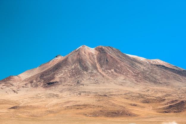 화창한 날에 초원으로 둘러싸인 아름다운 산의 와이드 샷