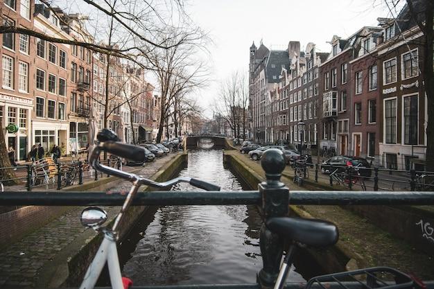 オランダの橋から2つの側面の間にある都市と湖のワイドショット