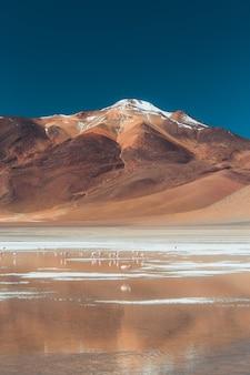 화창한 날에 사막에서 산과 물의 와이드 샷