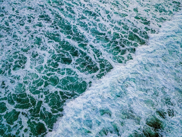 青い海の波のワイドショット
