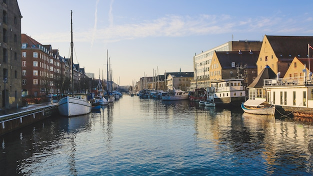 Широкий выстрел из лодок на водоеме возле зданий в кристиансхавн, копенгаген, дания