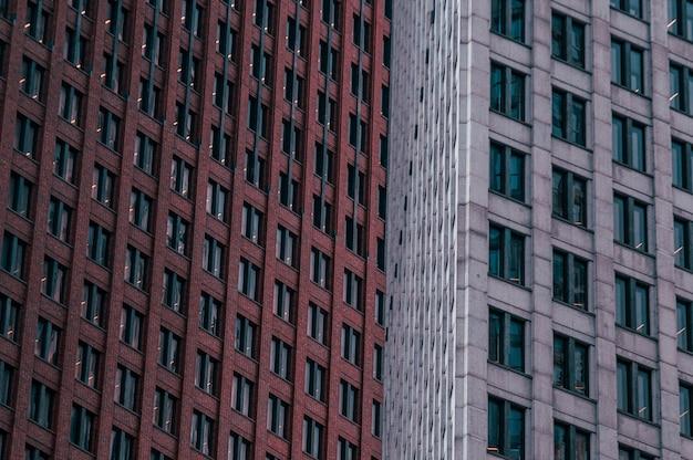 茶色と灰色の高層ビルのワイドショット