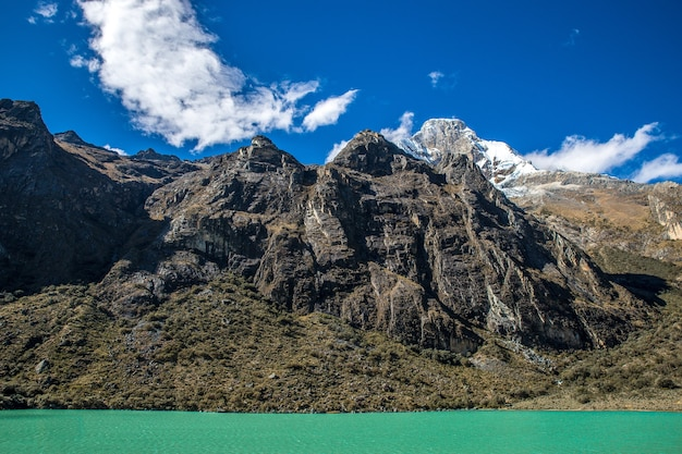 페루의 국립 공원에있는 산의 와이드 샷