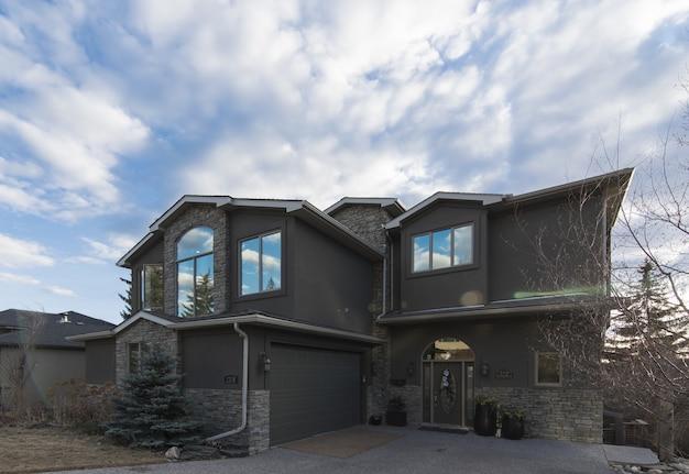 현대 집의 아름다운 건축물의 넓은 샷
