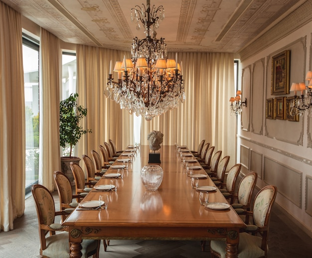 Широкий обзор столовой в классическом дизайне