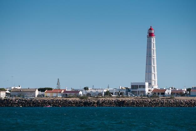 Маяк с широким обзором на острове кулатра в риа формоза.