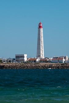 Маяк с широким обзором на острове кулатра в риа-формоза.