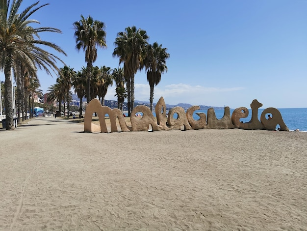 Широкий вид на пляж малагета летом.
