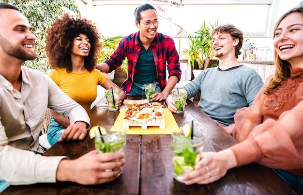 패션 칵테일 펍 레스토랑에서 모히토를 마시는 사람들 그룹의 넓은 전망