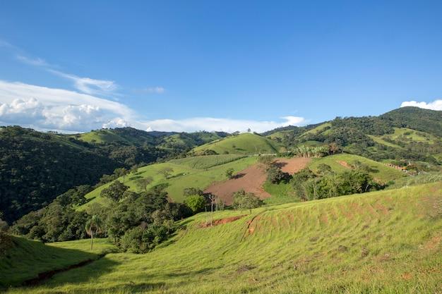 ブラジル、ミナスジェライス州のマンティケイラ山脈の緑の丘の広い景色