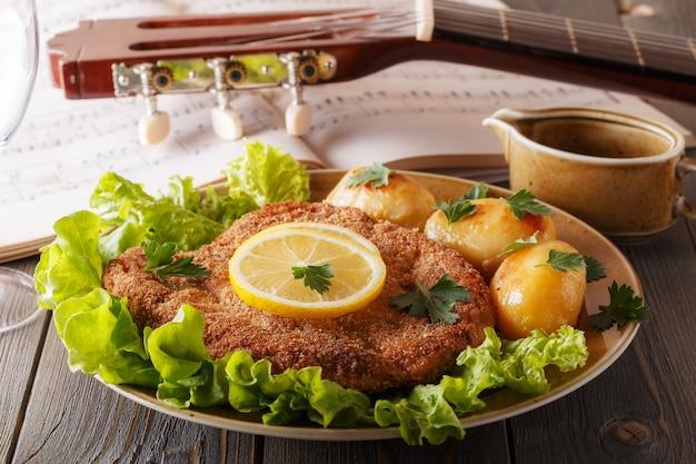 Венский шницель с картофелем и салатом