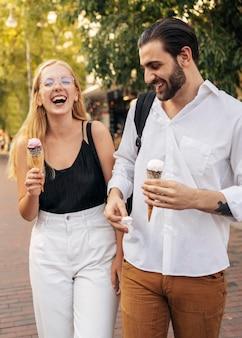 Жена и муж наслаждаются мороженым