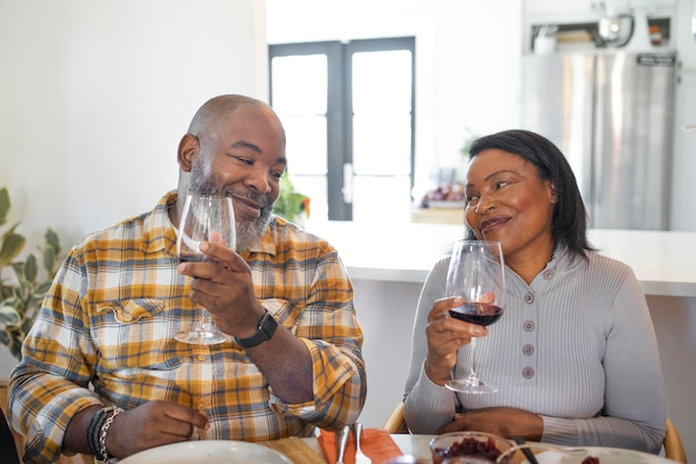 추수 감사절 저녁 식사를 즐기는 아내와 남편