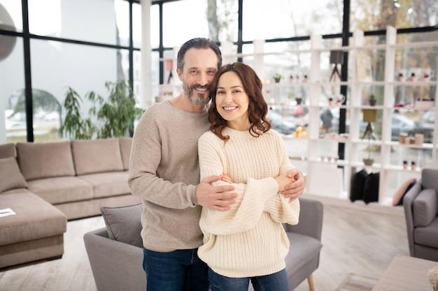 妻と夫は家具サロンで気分が良い