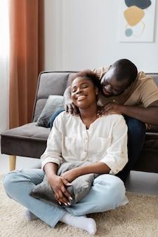 家で充実した時間を過ごす妻と夫