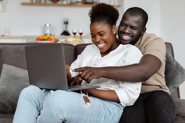 Жена и муж хорошо проводят время вместе дома