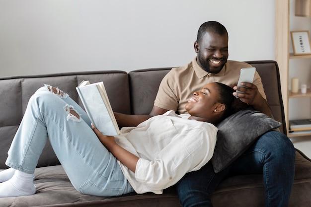 Жена и муж хорошо проводят время вместе в помещении