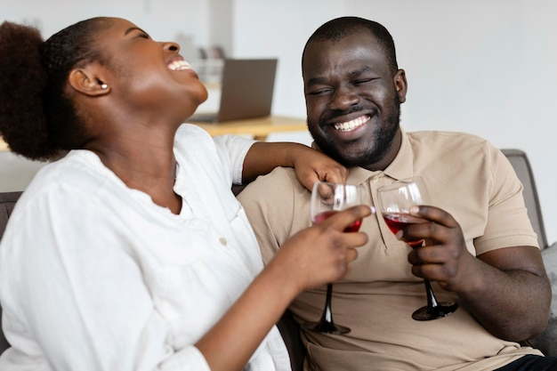 Жена и муж хорошо проводят время вместе