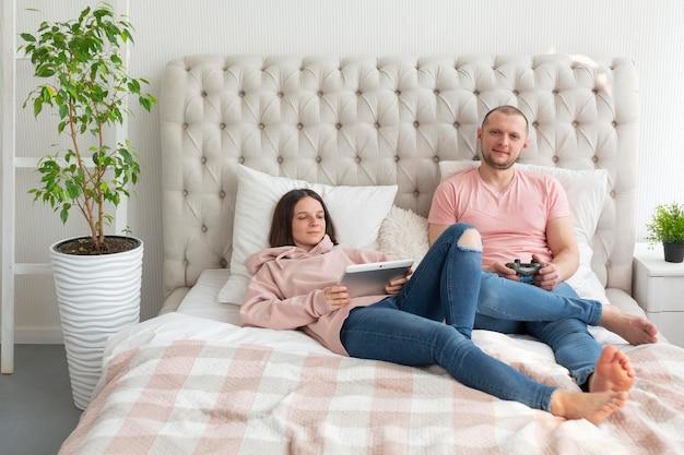 家でビデオゲームをしている妻と夫