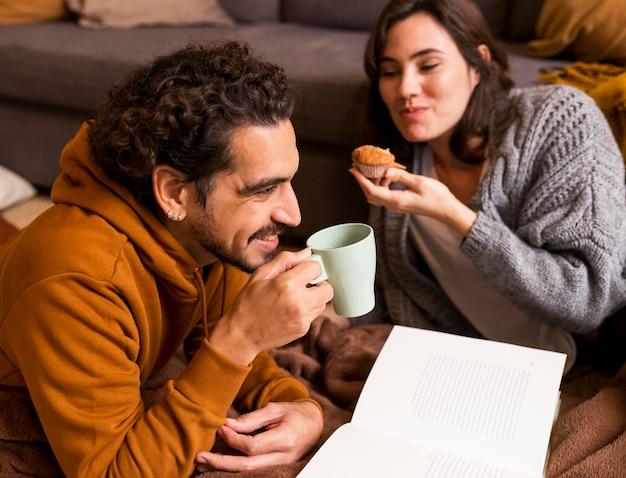 屋内で一緒に時間を過ごす妻と夫