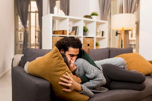 ソファで一緒に時間を過ごす妻と夫