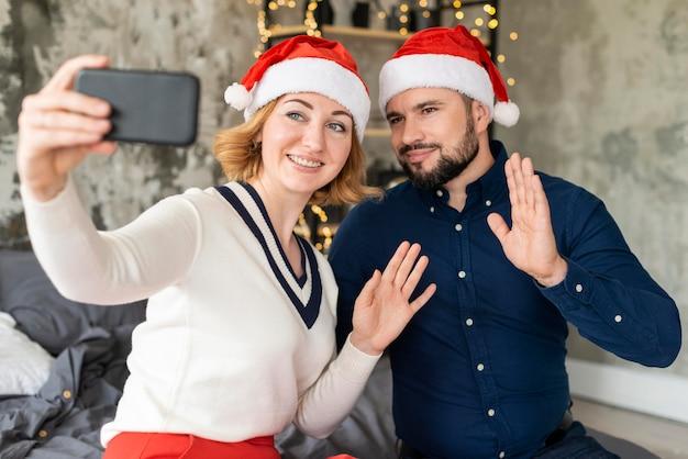 クリスマスに一緒に自分撮りをしている妻と夫