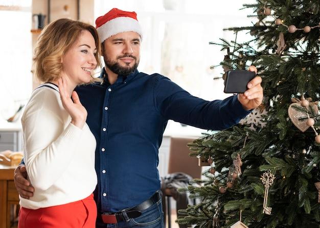 妻と夫が一緒にクリスマスに自分撮りをする