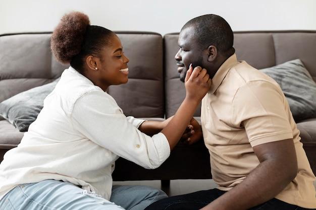 Moglie e marito trascorrono del tempo insieme a casa