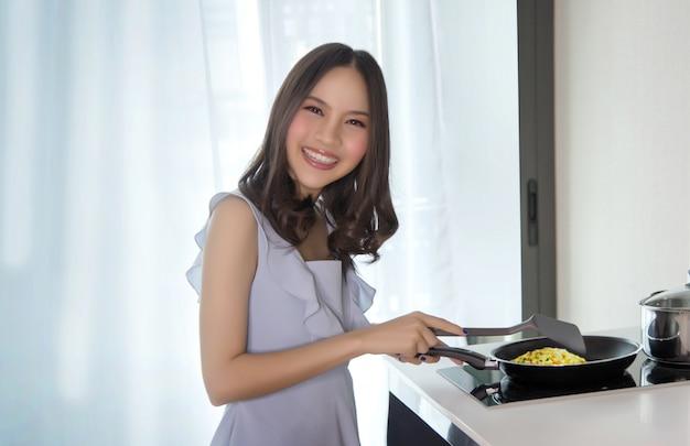 Жена готовит еду с любовью