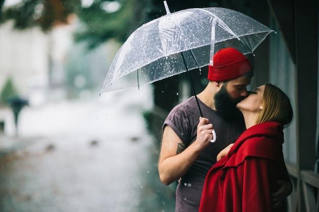 妻のシーズンロマンチックな恋愛雨