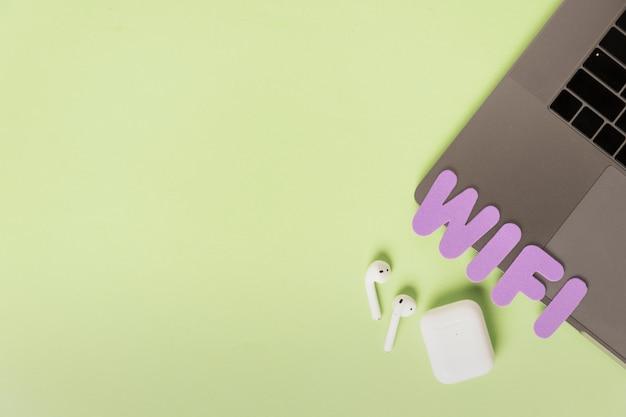 ヘッドフォンとラップトップ上のwifiキャラクター
