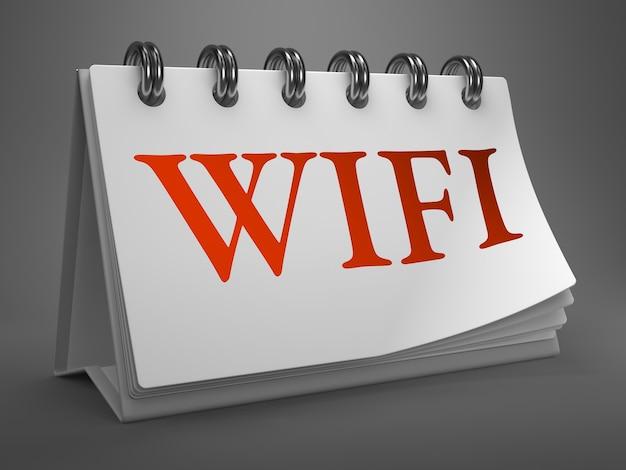 Wifi - красный текст на белом настольном календаре, изолированном на сером фоне.