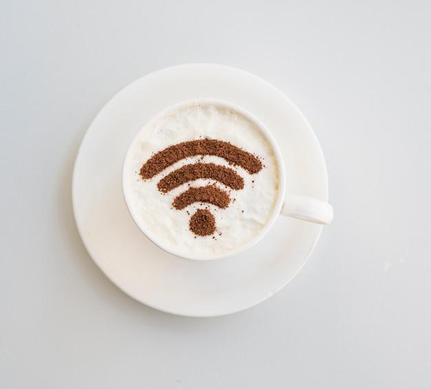 無地の背景の上にカップに描かれたwifiシンボル