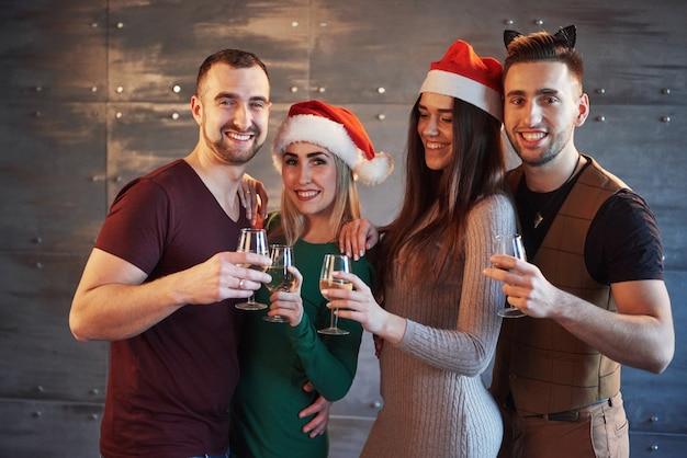 Веселые старые друзья общаются друг с другом. бокалы с шампанским в новогодней вечеринке. концепция развлечений и образа жизни. wifi подключил людей