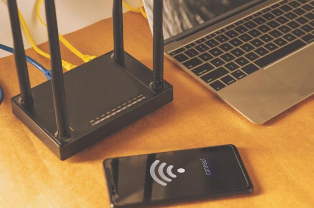 フラットレイアウトオフィステーブル、wifiルーター、コンピューターおよび消耗品のトップビュー