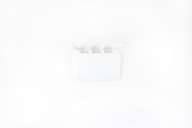 白い背景で隔離のwifiルータートップビュー