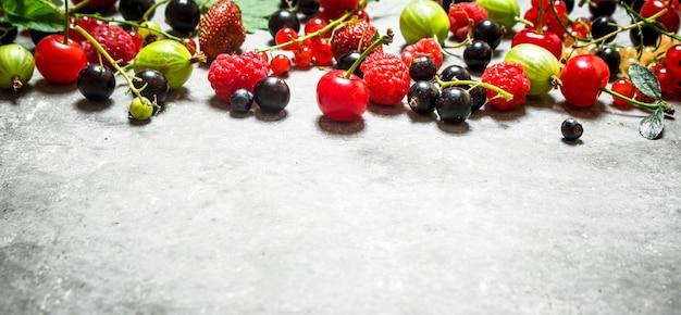 Лесные ягоды на старом каменном столе.