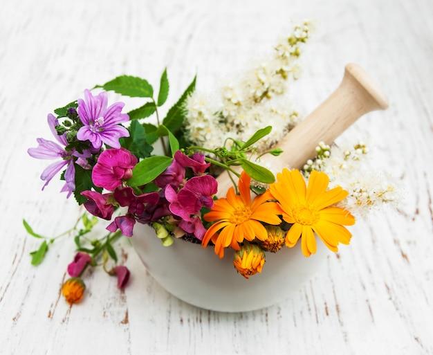박격포에 야생 꽃과 허브 잎