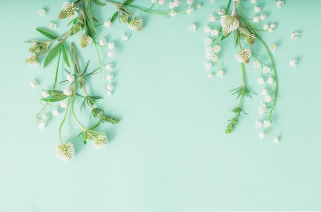 녹색 종이 표면에 야생 꽃