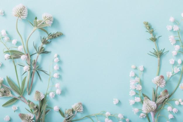 녹색 종이에 야생 꽃