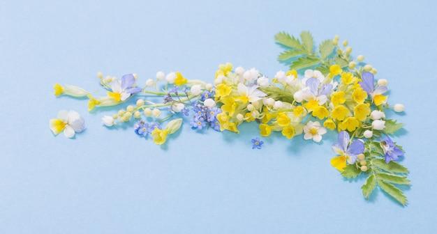 Полевые цветы на бумажном фоне