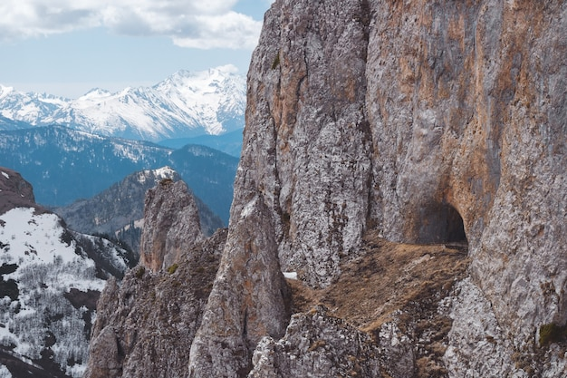 とがった岩の間の野生の山羊の洞窟