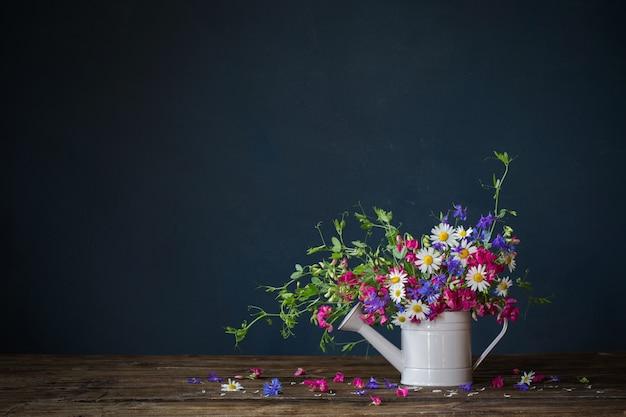 じょうろの野生の夏の花