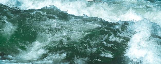 急流での野生の波。ミュンヘンのクローズアップで冷たい氷のアイスバッハ。