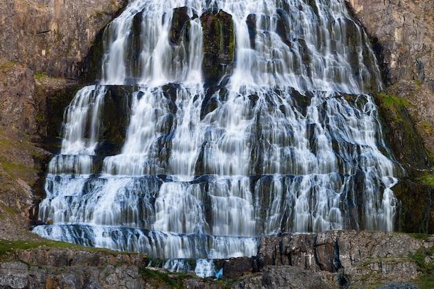 荒野カスケードパノラマディンヤンディ滝アイスランド。
